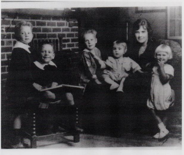 Arla Peabody Guion and the five children that moved to Trumbull in 1922.