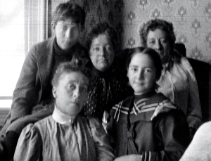 fr: Ella Duryee Guion, Elsie Guion; back: Alfred Duryee Guion, Aunt Mary and Aunt Lillian
