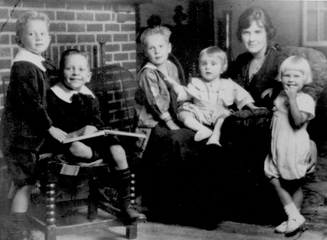 Arla Mary Peabody Guion and children - Dan, Lad, Ced, Dick, and Biss at the Trumbull house